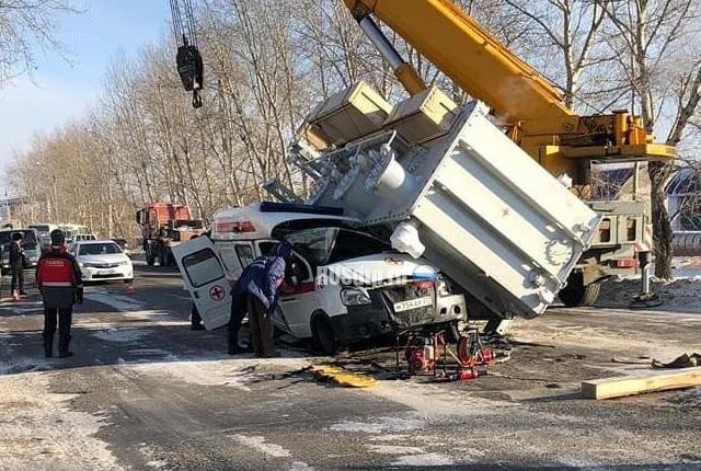 На «скорую помощь» упал трансформатор из грузовой машины