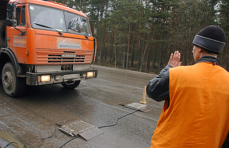 В Петербурге ужесточают контроль грузового транспорта, превышающего нагрузку на ось