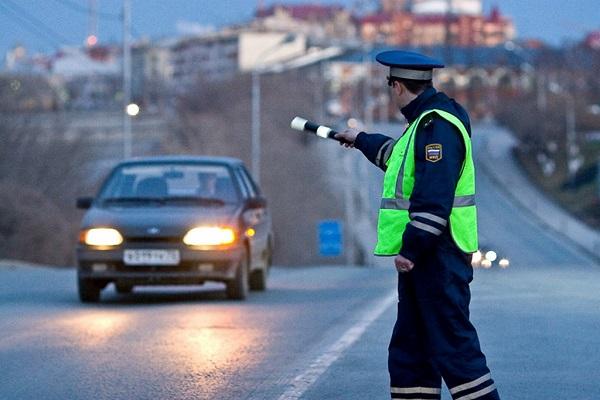 Автоинспекторам вернули право останавливать машины вне постов