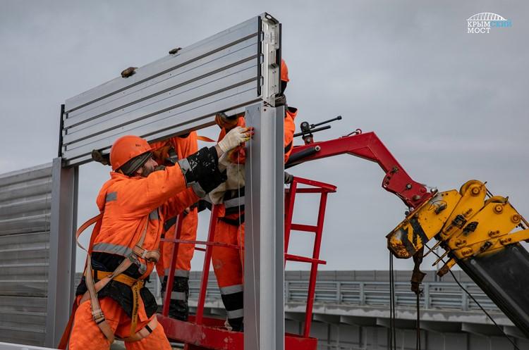Монтируются шумозащитные панели железнодорожной части Крымского моста