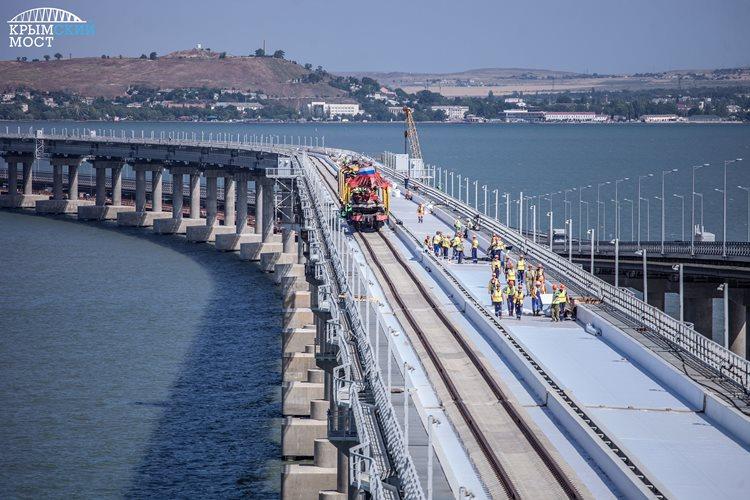 Первый ж/д состав с щебнем выехал с Крымского моста