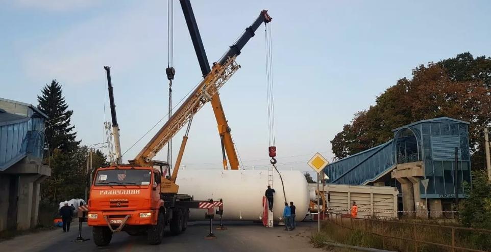 Рухнул мост, на трассе А-107, движение в обе стороны остановлены. Из-за негабарита