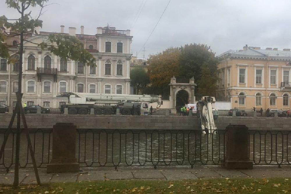 Необычное приключение автокрана в Петербурге, или как он оказался в реке Фонтанке